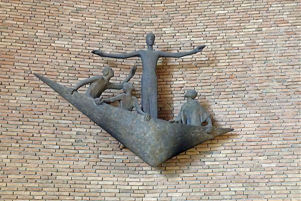 """Michaelskirche (Krefeld) - Plastik """"Stillung des Sturmes"""" von Ulrich Henn, Höhr-Grenzhausen"""
