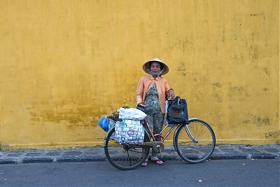 Olaf Schubert: Vietnam - Hoi an - Marktfrau mit Fahrrad